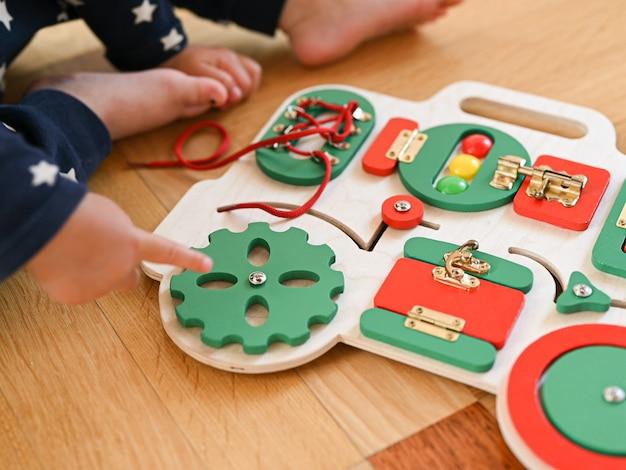 Educatief speelgoed voor kinderen. in de vorm van een auto. motorische vaardigheden ontwikkelen