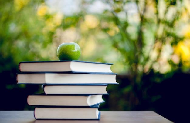 Educatieve apparatuur, borden en boeken onderwijs concept