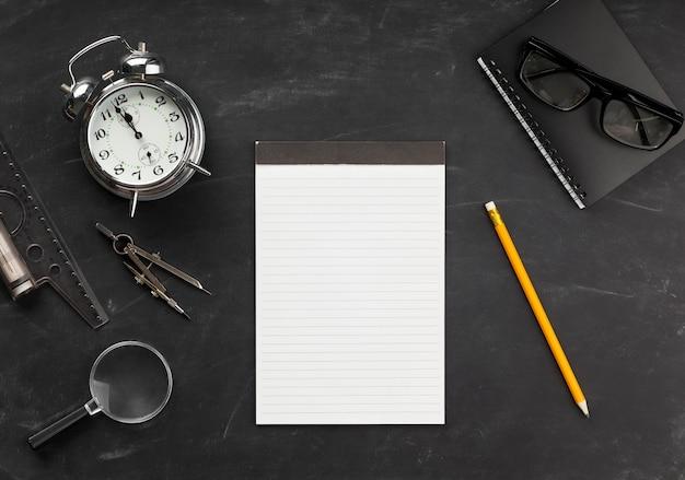 Educatieve elementenregeling met lege blocnote