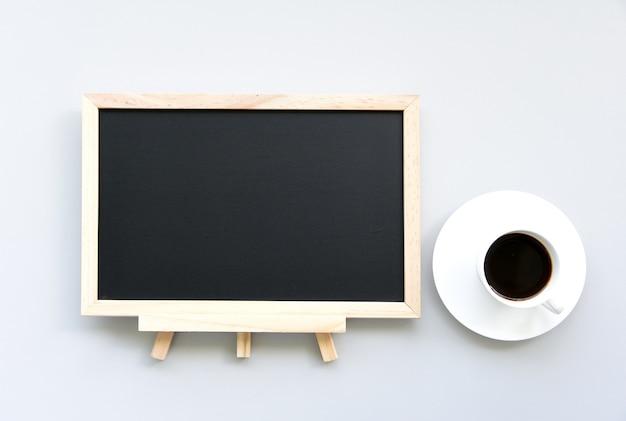 Educatieve ideeën met schoolbord en koffie op de witte tafel