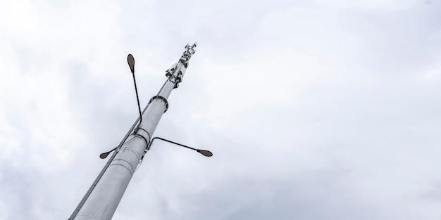 Een 5g-stationontvanger, moderne stadstelecommunicatie tegen de hemel