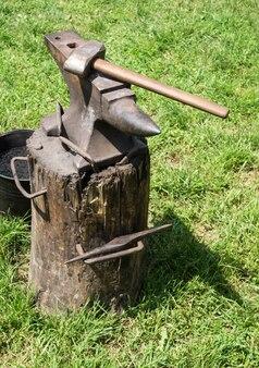 Een aambeeld is een blok met een hard oppervlak waarop een hamer wordt geslagen. ze worden gebruikt voor de vervaardiging van metalen producten