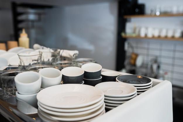 Een aanrecht in de keuken en een gootsteen met borden.