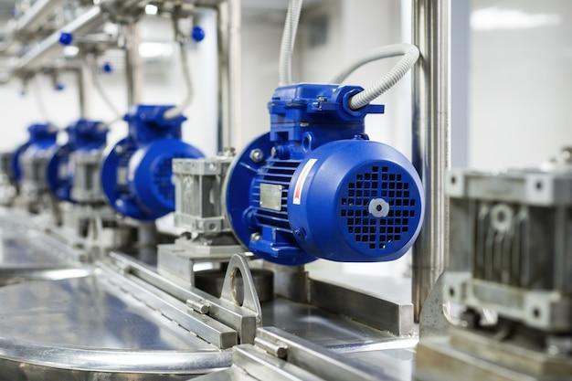 Een aantal elektromotoren met verloopstukken. tanks voor het mengen van vloeistoffen. voedselindustrie.