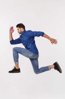 Een aantrekkelijke atletische zakenman die omhoog tegen springt