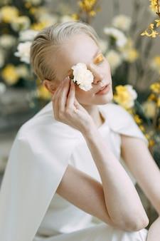 Een aantrekkelijke bruid op de stenen trap in europese stijl trendy gele bloemisterij de bruiloft