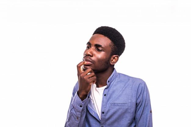 Een aantrekkelijke man met een donkere huid beraadslaagt over een beslissing over de witte muur.