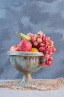 Een aardewerk vol vers biologisch fruit.