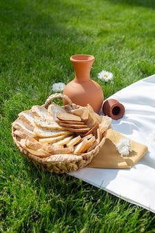 Een aardewerken kruik en brood in een mand. bovenaanzicht
