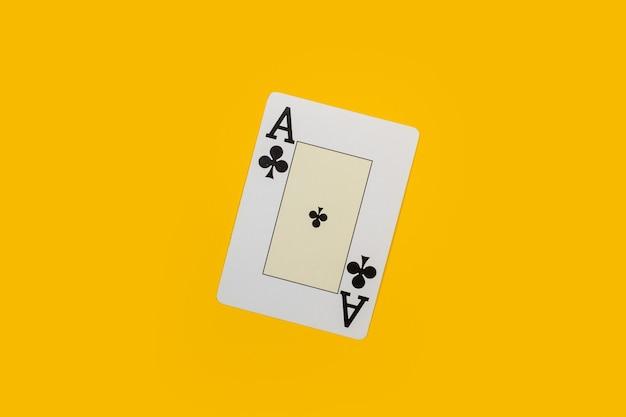 Een aas van klaveren op een gele achtergrond