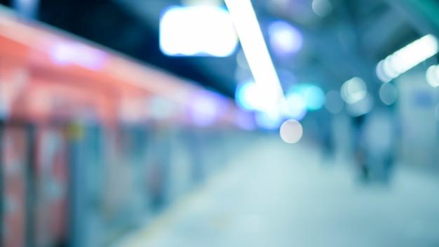 Een abstracte vage achtergrond van het metrostation, het stadsleven en het openbaar vervoerconcept