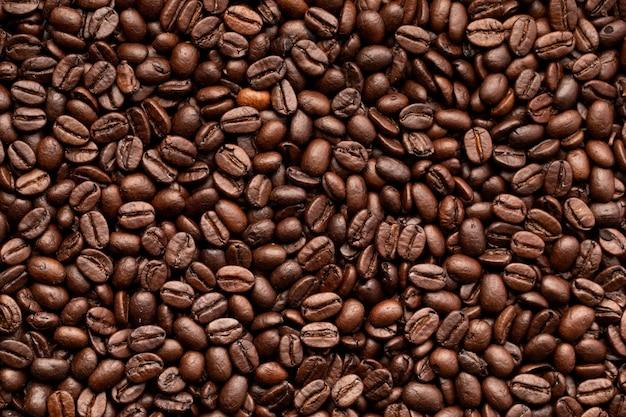Een achtergrond van koffiebonen, geroosterde bonen