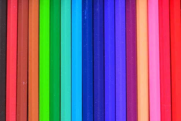 Een afbeelding van kleurpotloden. kleurpotloden. kleurpotloden op witte achtergrond en houtsnippers
