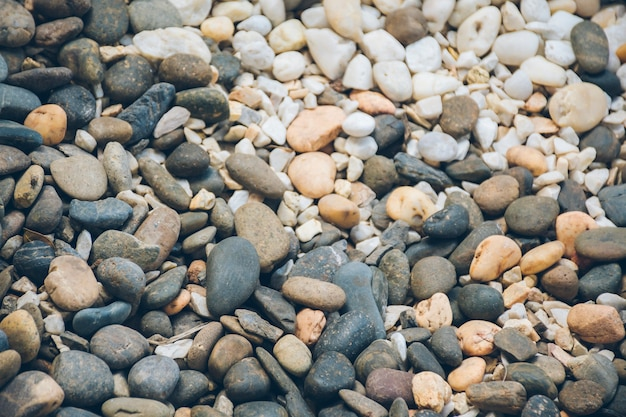 Een afbeelding van tweekleurige kiezelstenen en een groot blok ijzer.