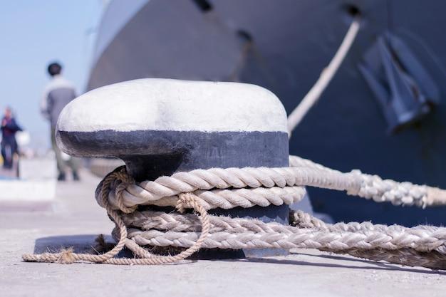 Een afgemeerd schip in de jachthaven.