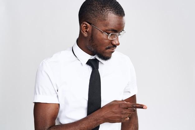 Een afrikaanse man in een overhemd en stropdas op wit