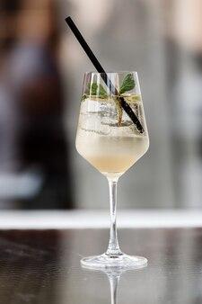 Een alcoholische cocktail is op de bar. ruimte voor tekst. foto voor het menu
