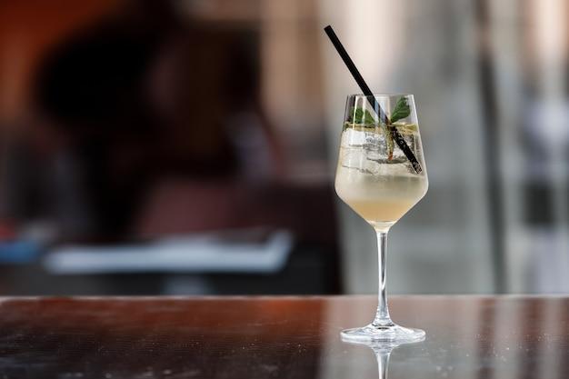 Een alcoholische cocktail is op de bar, ruimte voor tekst, foto voor het menu