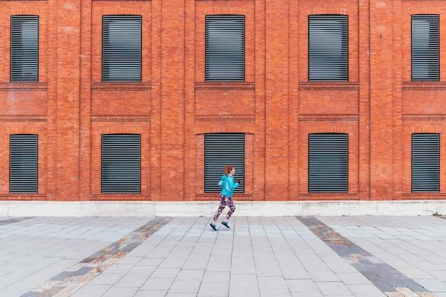 Een algemeen shot van een sportieve roodharige vrouw die buiten loopt
