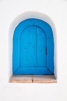 Een antiek blauw houten raam