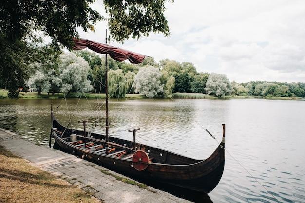 Een antiek vikingschip op de rivier