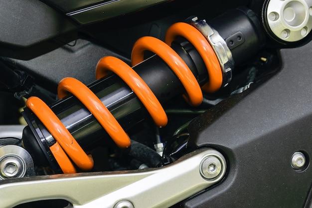 Een apparaat om schokken en trillingen op te vangen, vooral op een motorvoertuig.
