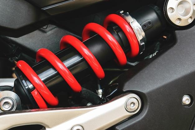 Een apparaat voor het absorberen van schokken en trillingen, vooral op een motorvoertuig.