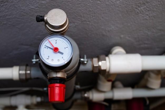 Een apparaat voor het meten van de temperatuur van het water in de overdrukklep van de verwarmingsleiding