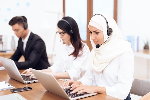 Een arabische vrouw werkt in een callcenter