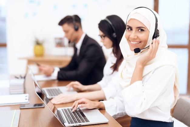 Een arabische vrouw werkt in een callcenter.