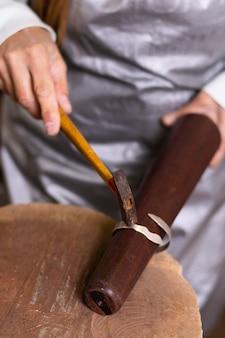 Een armband maken van een hardwerkend juwelierconcept