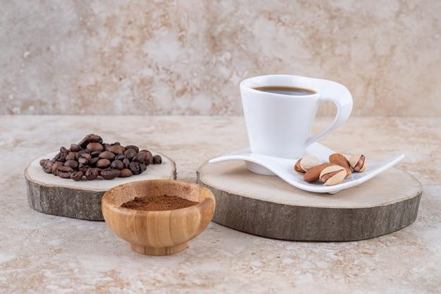 Een arrangement van verschillende vormen van koffie met amandelen en pistachenoten