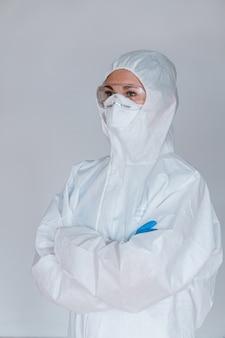 Een arts die een beschermend pak draagt om de pandemie van het coronavirus te bestrijden