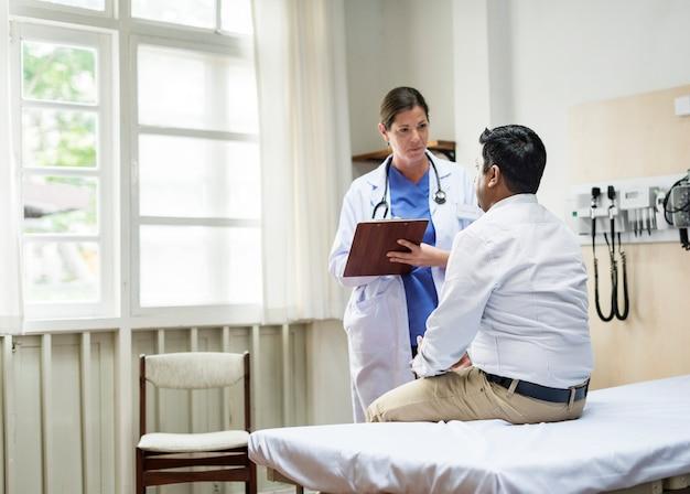 Een arts die een patiënt controleert