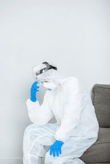 Een arts in beschermend pak ppe hazmat is gestrest tijdens het uitbreken van de coronaviruspandemie covid-19.