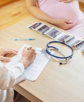 Een arts in een kliniek onderzoekt een zwangere vrouw