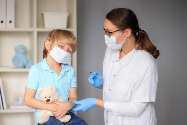Een arts vaccineert een kind