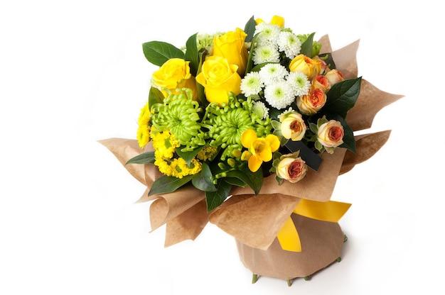 Een assortiment bloemen in een papieren boeket bijbehorend lint. valentijnsdag