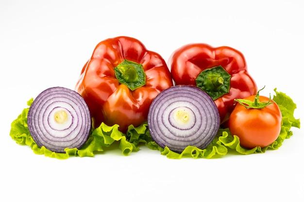 Een assortiment van groenten voor het gezonde eten geïsoleerd op een witte achtergrond.