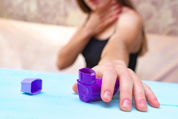 Een astmatisch persoon probeert de inhalator te bereiken tijdens een astma-aanval