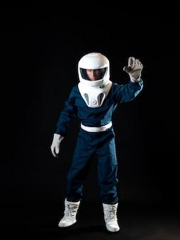 Een astronaut in gewichtloosheid reikt omhoog met zijn hand