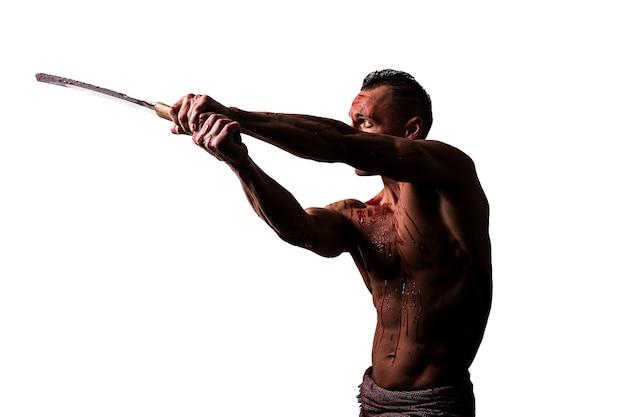 Een atletische man in bloed met een japans zwaard slaat geïsoleerd op een witte achtergrond