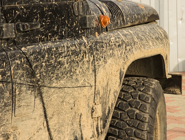Een auto in de modder, na een reis off-road, close-up