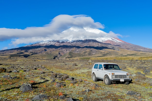 Een auto in het cotopaxi national park ecuador