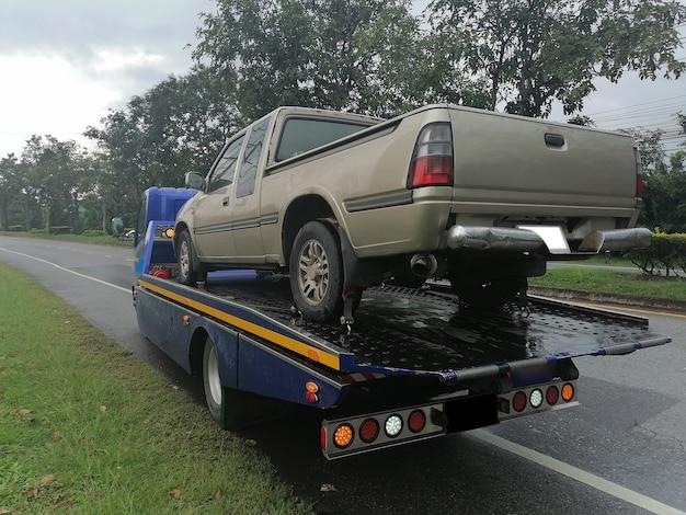 Een auto is kapot gegaan en wordt in de sleepwagen getrokken