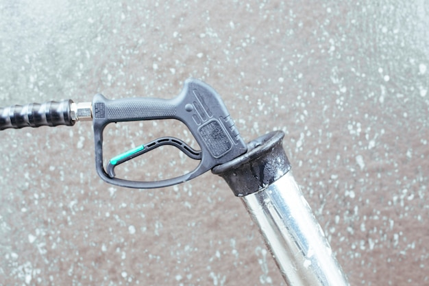 Een autowaspistool. zelfbediening carwash