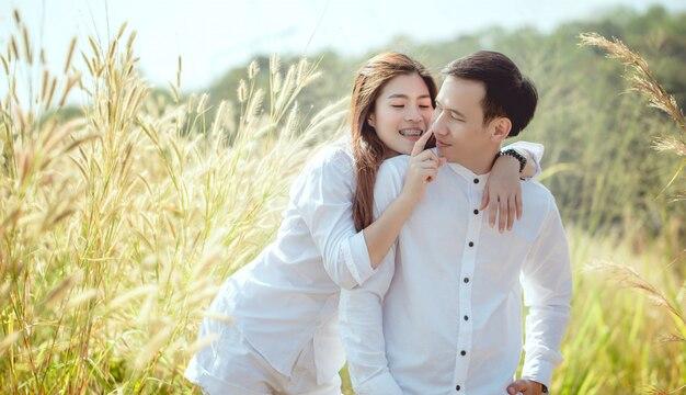 Een aziatisch stel gaat graag op huwelijksreis in de bergen.