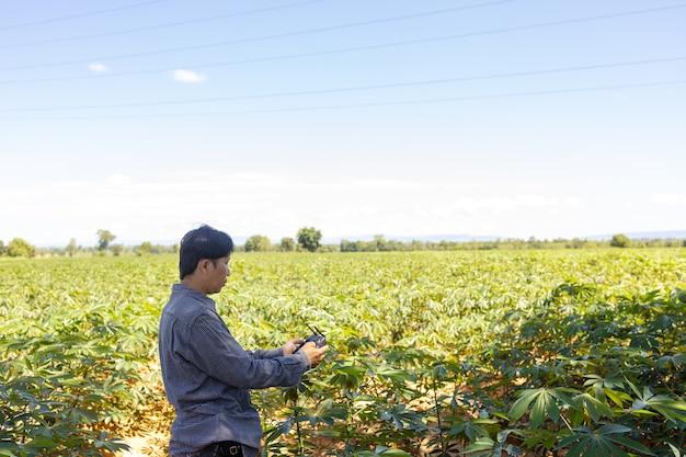 Een aziatische boer gebruikt landbouwdrones om schade en groei van de gewassen die hij op zijn boerderij verbouwt, op te sporen.