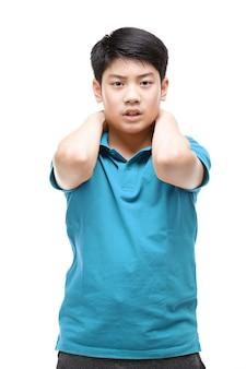 Een aziatische jongen met een blauw shirt doet een gebaar.