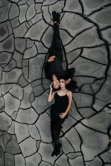 Een aziatische verliefde paar knuffels terwijl liggend op de grond. achter achtergrond.